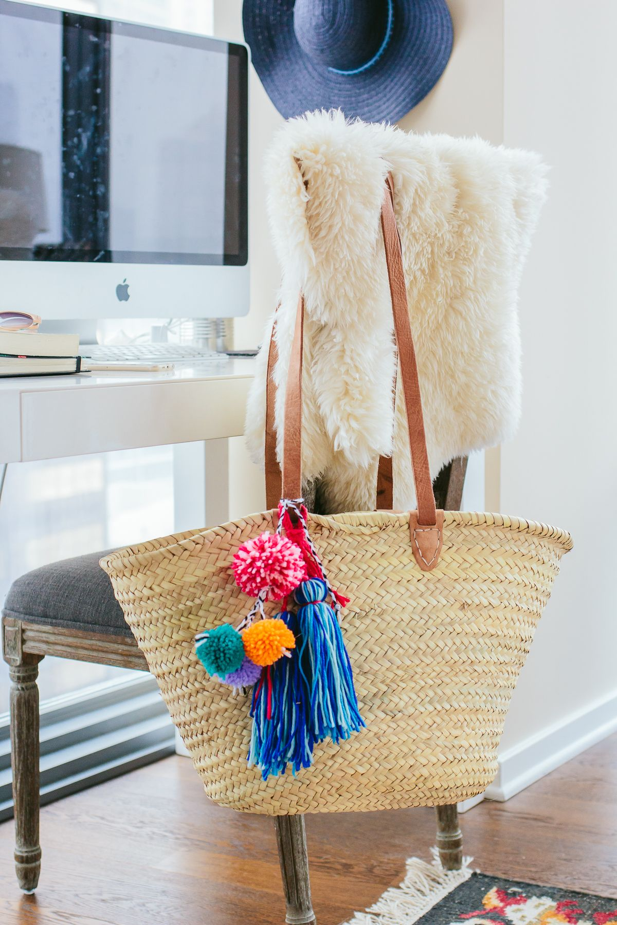 diy pom pom beach bag diy tassel easy diy projects and tassels. Black Bedroom Furniture Sets. Home Design Ideas