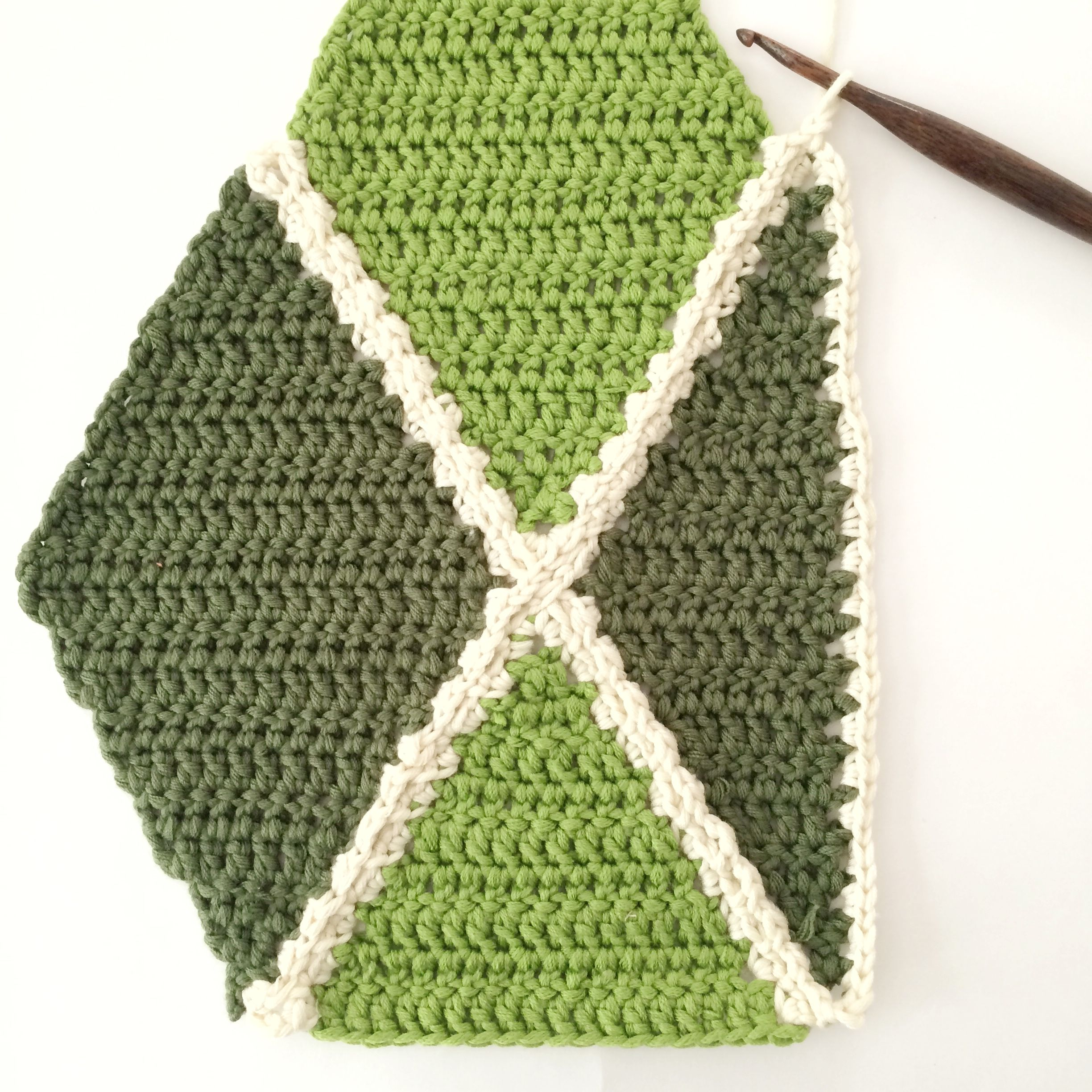 How to Crochet a Diamond Section | Manta, Lectura de y Círculos