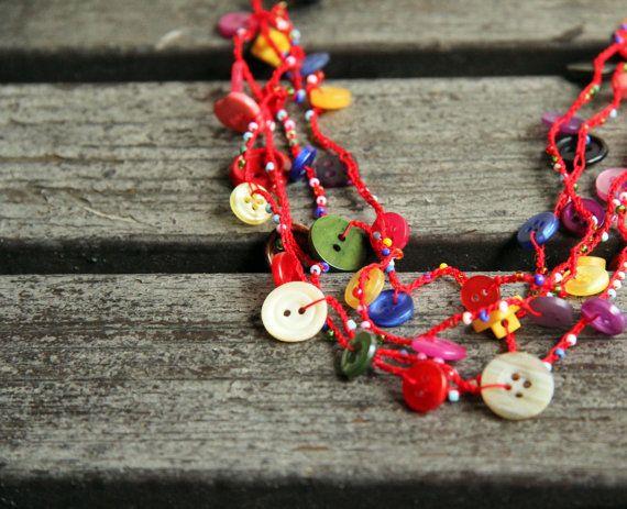 Pulsante bracciale collana sul filo rosso - collana versatile da upcycled pulsanti - rusteam ohtteam - spedizione gratuita