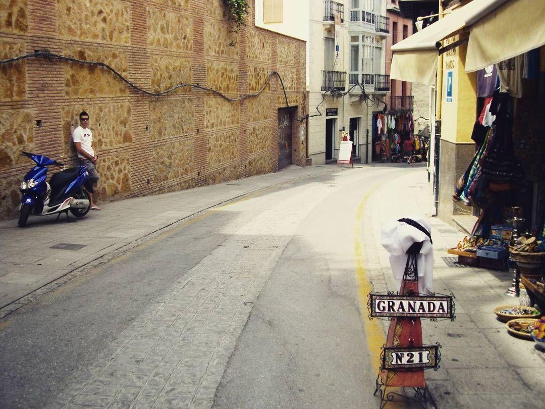 알람브라성에서 내려오는길  #spain#europe#spain_idea#이벤트는끝났지만ㅋㅋㅋㅋ#배낭여행#backpacker#travel#alhambra#granada#알람브라#한적#분위기#골목길 by elbarooyoorable