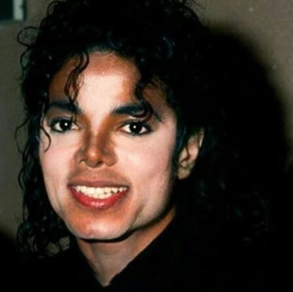You Can See His Vitiligo Perfectly Here He S Gorgeous Michael Jackson Smile Photos Of Michael Jackson Michael Jackson Bad