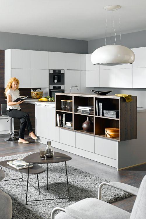 Weiß in Kombination mit dunklem Holz - welch eine edle Küche! Mehr ...