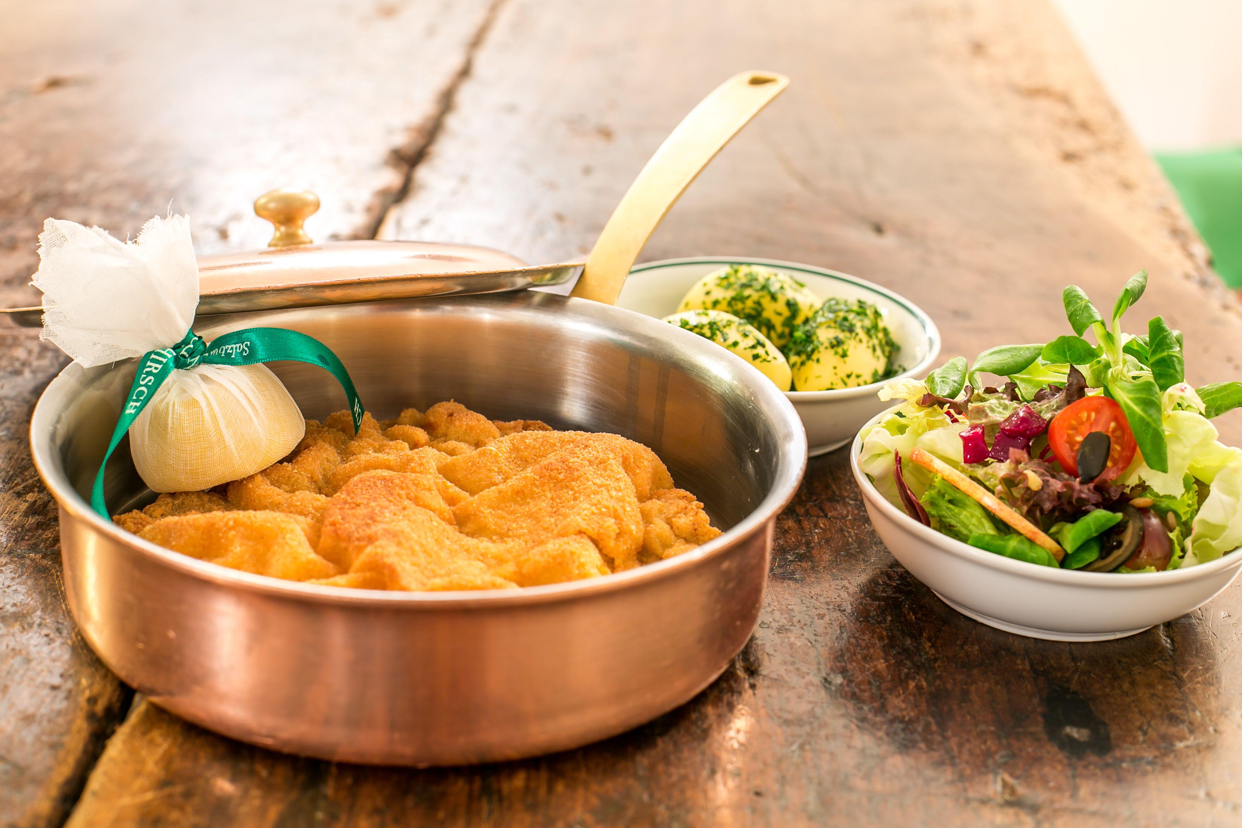 Wiener Schnitzel mit Petersilienkartoffeln und gemischtem Salat