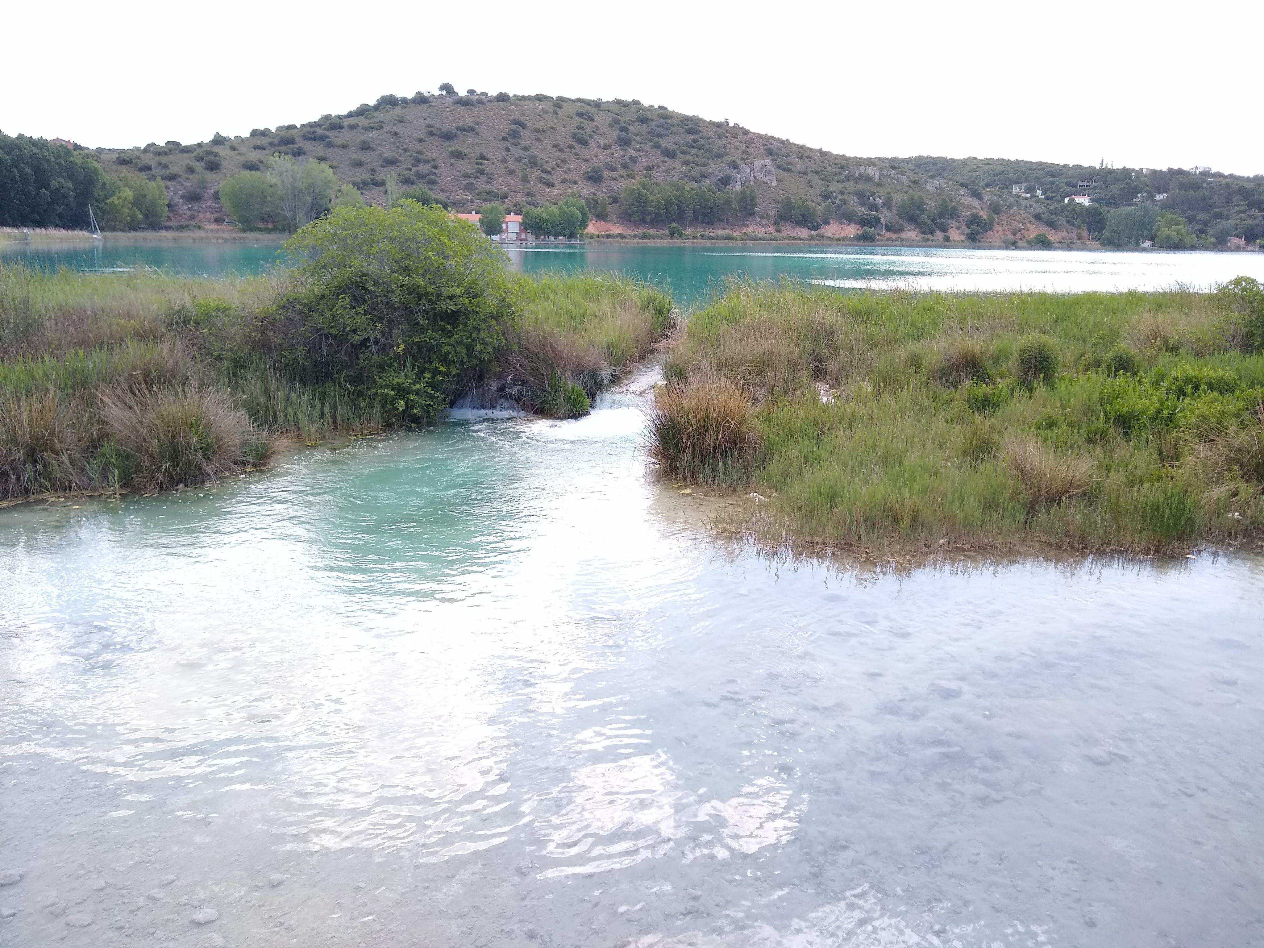 Laguna del Rey, nos llama la atención sus aguas cristalinas sobre el lecho blanquecino, al fondo se ve turquesa. Hay vegetacion en sus orillas y una pequeña cascada