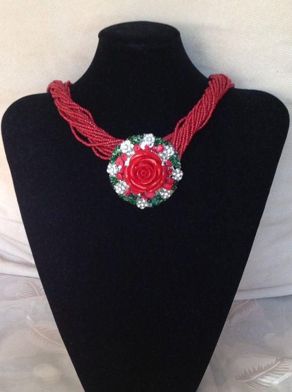 Collana con rosa rossa di Artemisia1913 su Etsy, €60.00