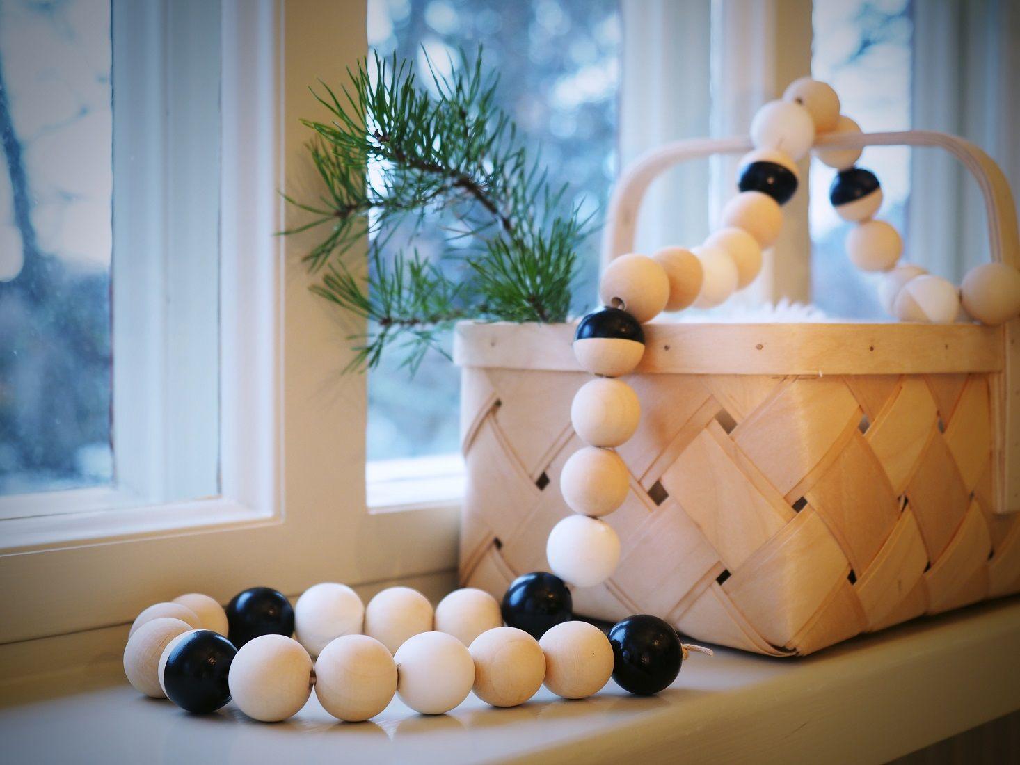 Dippaus on helppo ja nopea tapa luoda kotiin joulun tunnelmaa. Puupallot dipattiin vaaleaan Helmi-kalustemaalin Gardenia F309-sävyyn ja Black-tehostemaaliin, jossa täyteläisen musta valmissävy. Veikeän ketjun saat dippaamalla osan puupalloista kokonaan ja osan puoliksi valittuun maalisävyyn.Kauniilla puupalloilla voi yksinään jo koristaa kuusen, lahjapaketit ja vaikka kattauksen. Kun pujotat ne ketjuun, saat uudenlaisen koristenauhan esimerkiksi joulukuuseen.