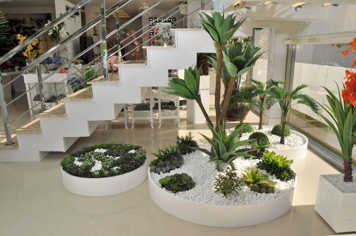 ideas decorar bajo la escalera con guijarros y plantas On moderno jardin con guijarros