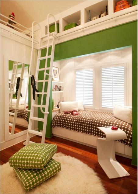 Cama sobre el armario y escalera con rieles para acceder al ...