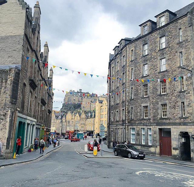 The Grassmarket of Edinburgh, with the castle in the background. I love wandering around this part of town, and especially now they put bunting up! I'm obsessed with bunting... // Taken from the @rabbies_tours city tour! #edinburgh #edinphoto #scotland #grassmarket #rabbiestours #travelfeels