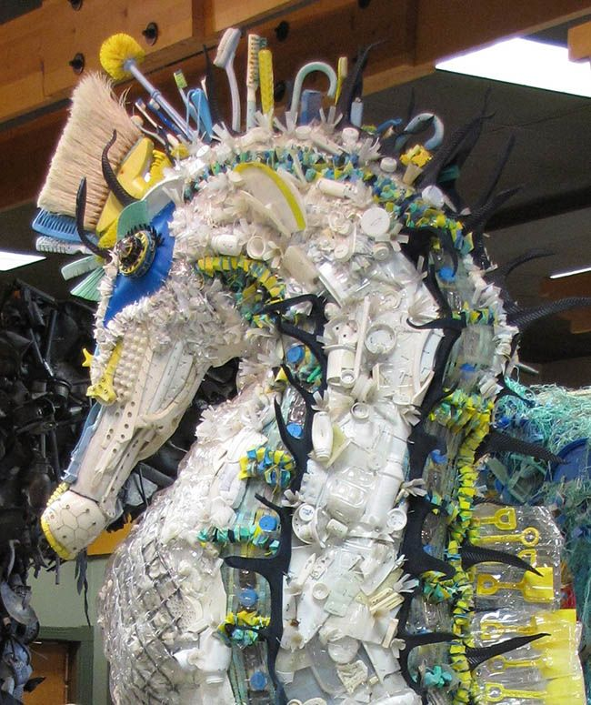 The Sea Horse is 10 feet tall and has a coronet made with brushes and other debris all found on beaches. It highlights the dangers posed by plastic debris.