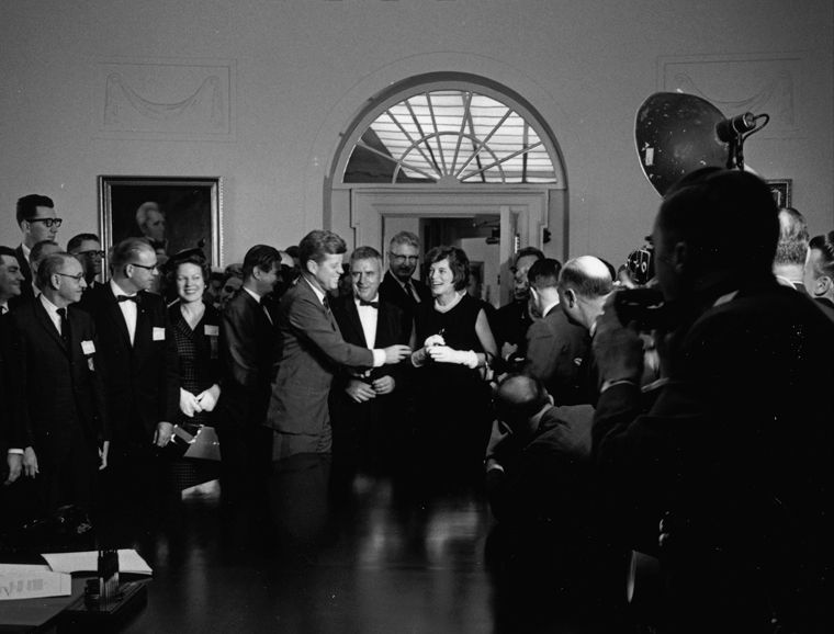 1963. 24 Octobre. Bill Signing, H. R. 7544 - John F. Kennedy Presidential Library & Museum. By Cecil W. Stoughton