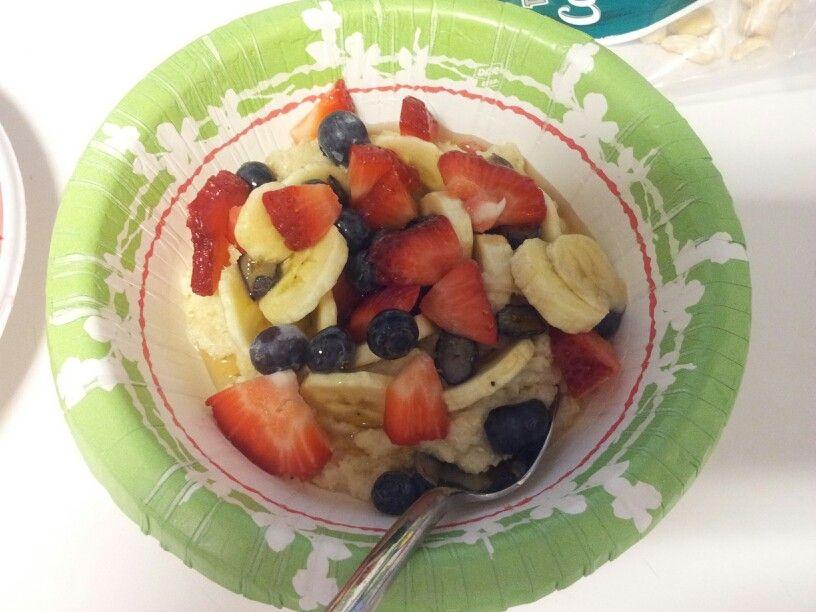 Farinha grossa cozida de arroz, frutas e mel. Yammm!