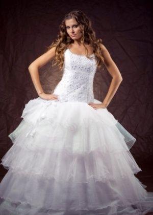 Tendência nas passarelas para 2013, o tule é um dos tecidos mais usados para dar volume à saia do vestido. by @emotionmebr