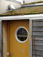 Haustür Mit Bullauge haustür mit bullauge unter geneigtem grasdach windfang
