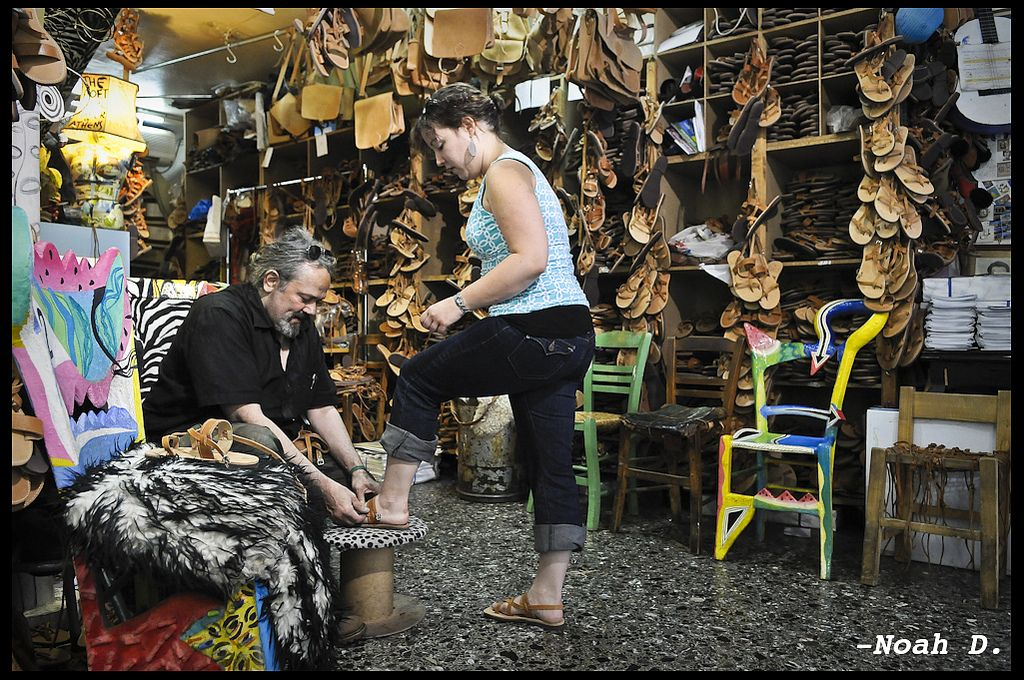 Melissinos Art - Monastiraki. Dans ce magasin de renommée, vous trouverez forcément chaussure à votre pied! La famille Melissinos fabrique des sandales en cuire faites sur mesure. Plus d'infos ici: http://bit.ly/1lBEUDs