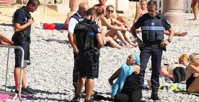 Policías en Niza obligan a una mujer a descubrirse.