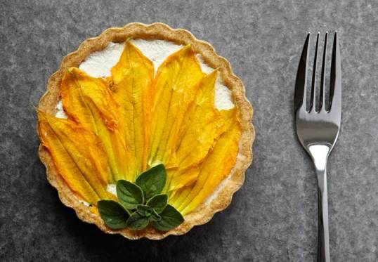 Ricotta-savoury-tart-with-courgette_-pumpkin-and-sundried-tomato-(decorated-with-courgette-flower)_resized@gallerymain.jpg (538×373)
