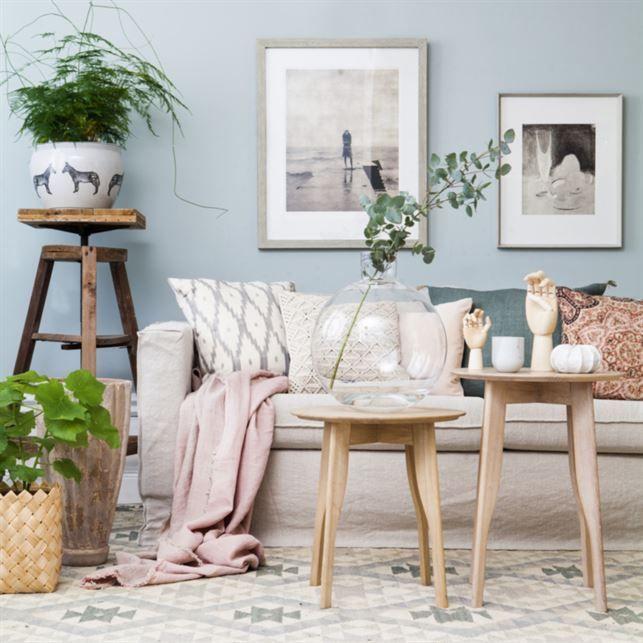 Behagligt Skira pasteller, mixade mönster, naturmaterial och gröna växter Soffbord i vitoljad