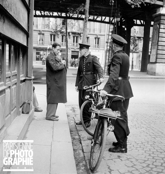 Contrôle de police à Paris. 1954-1955.