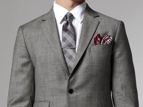 Costume Prince de Galles gris, chemise blanche, cravate à carreaux grise,  pince à cravate et pochette bordeaux pour relever le tout ab514489a786
