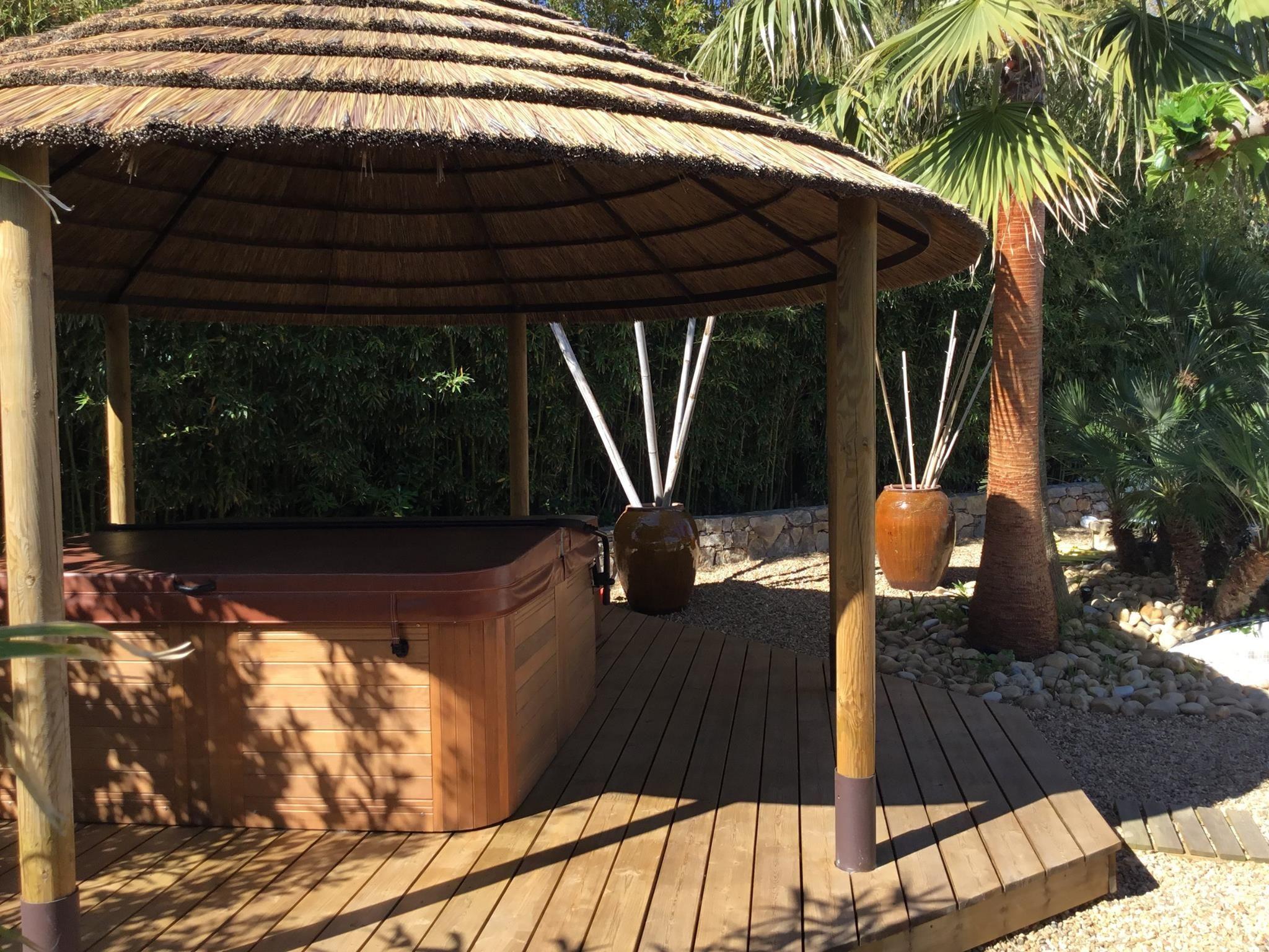 Tiki Hut Exotique Amenagement De Terrasse Et Jacuzzi Paillote Parasol En Paille Tiki Hut