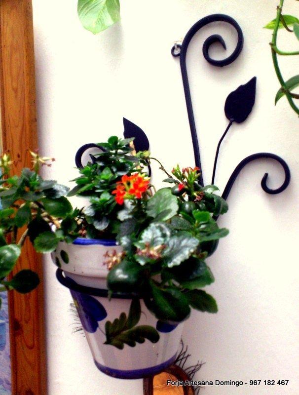 macetero para colgar en pared con adornos de forja hechos a mano de forma artesanal