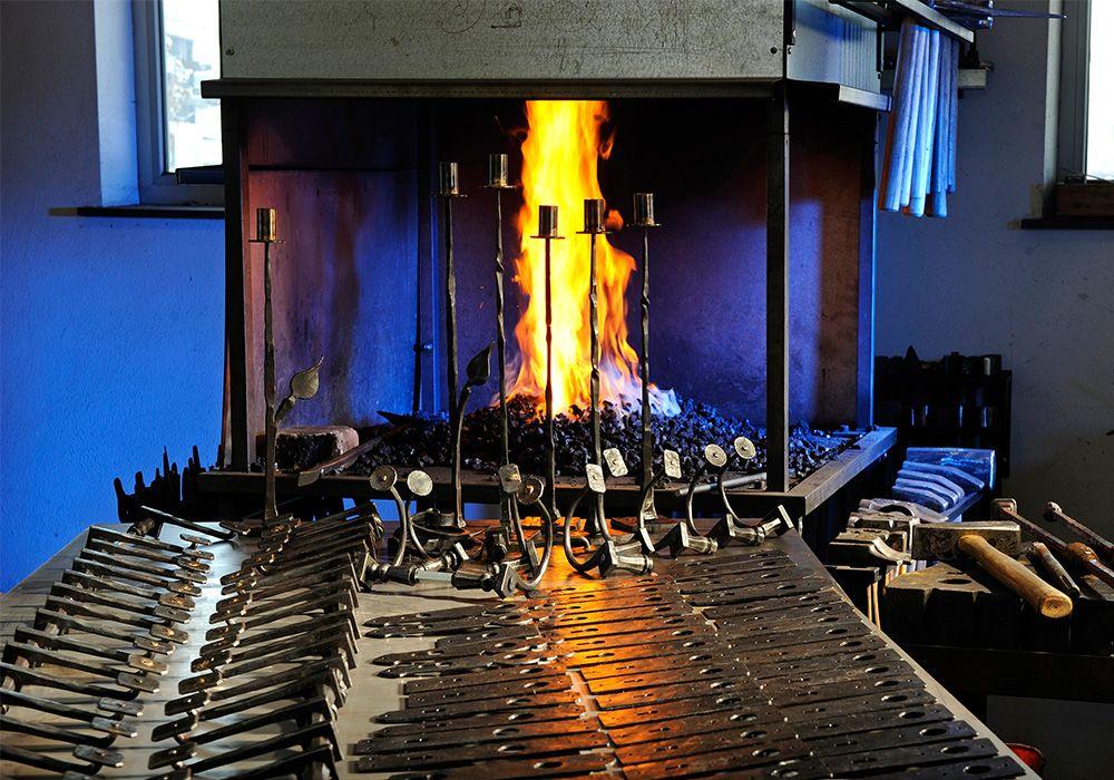 ofen um stahl zu erhitzen feuer und eisen vereint f r das handwerk craftsman at work haus