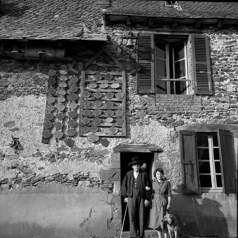 Les médailles, Sansac de Marnies, Auvergne (Robert Doisneau, 1957)