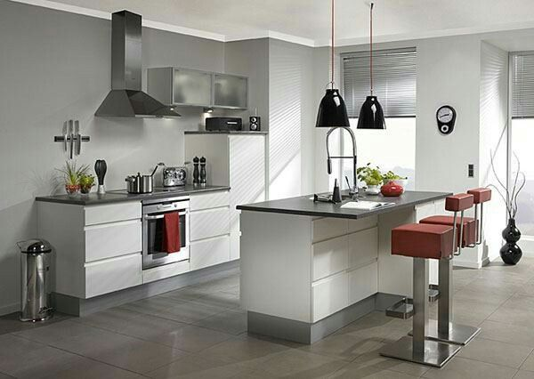 cucina con isola e sgabelli rossi   cucine con isola   Pinterest