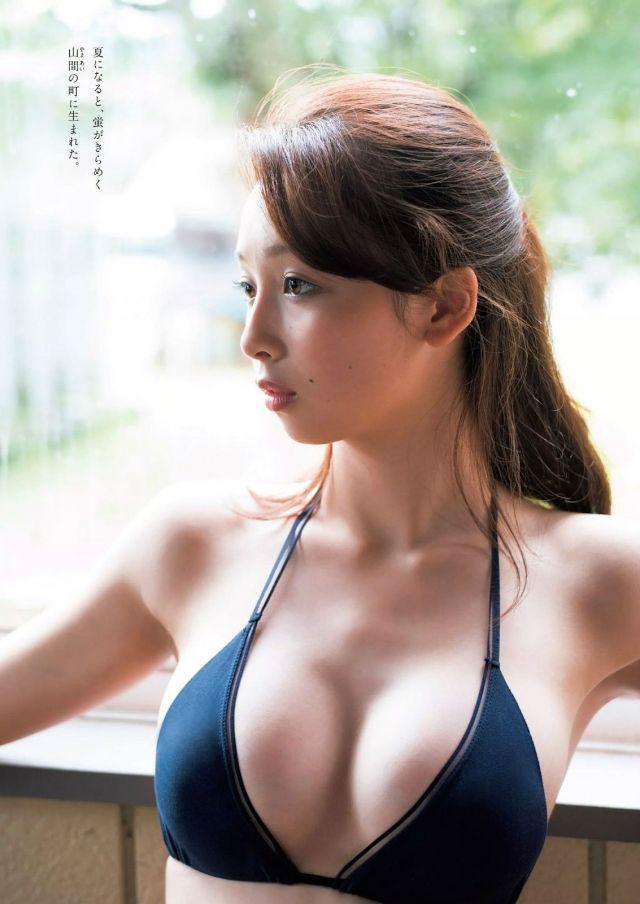 プールで泳ぐ華村あすかです。