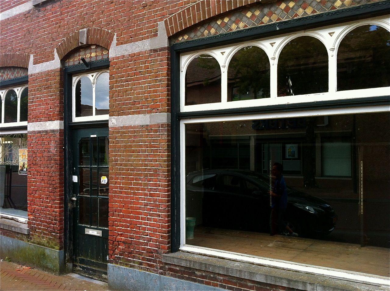 """Etalage van """"De Winkel van Van Ierssel"""" in 2011. Oud, leeg en verlaten..."""
