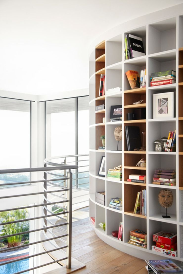 Bibliothèque sur la mezzanine optimisant l'espace