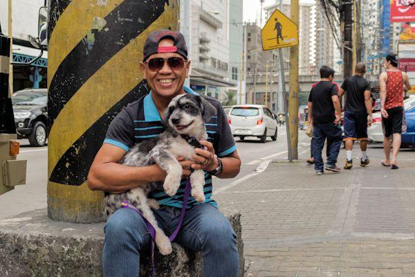 """Xa Zaonlongzi uit Zaandam is met zijn hondje Freddie onderweg naar het hondenvleesfestival in China. Het culinairefestival begint komende dinsdag. De van oorsprong Chinese Xa is erg blij dat hij er dit jaar bij is. Het hondenvleesfestival is in de Chinese provincie Yulin het hoogtepunt van het jaar. """"Er wordt gedanst, gedronken en natuurlijk veel hondenvlees gegeten"""", vertelt Xa. """"Je [...]"""