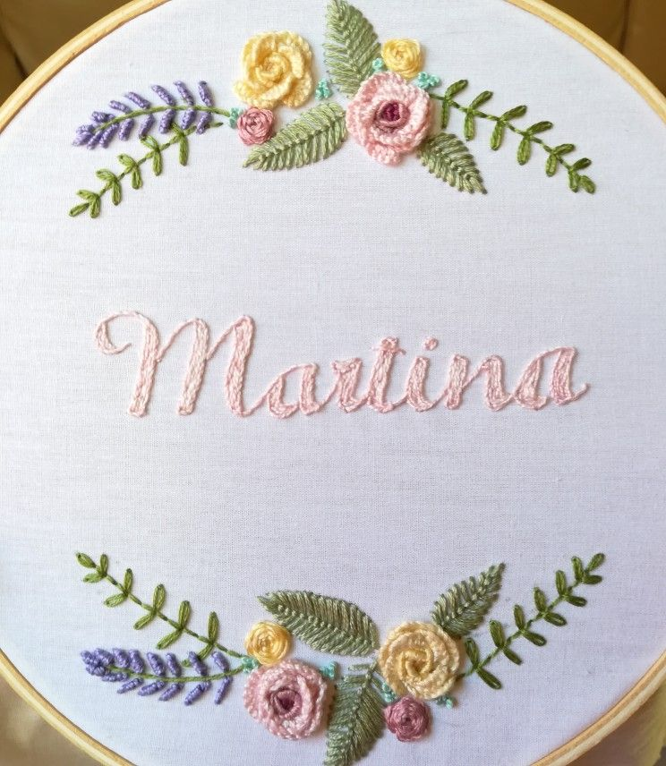 Bordados Coralinda. Nombre de bebé bordado a mano. Flores bordadas ...
