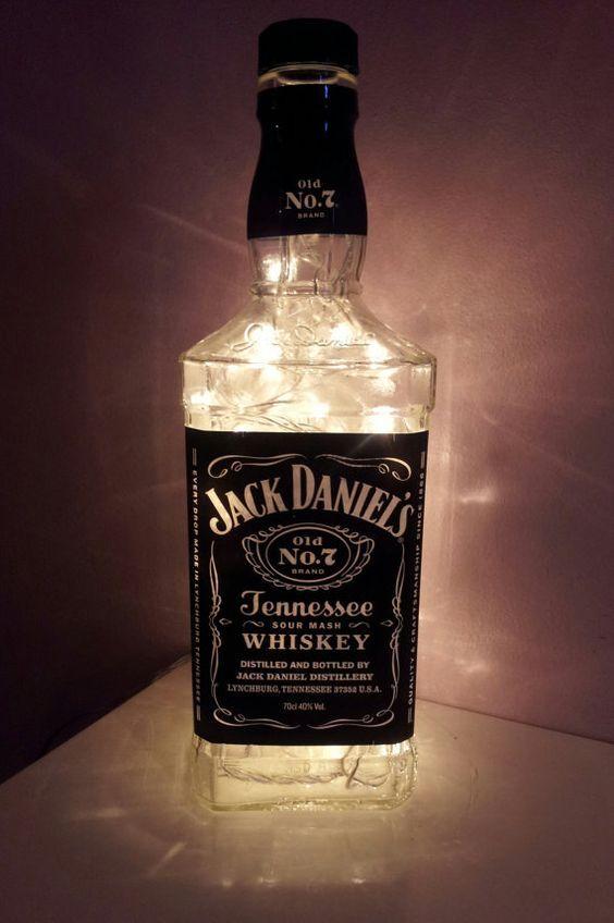 7 Ideas Para Reutilizar Una Botella De Jack Daniel S Botella De Jack Daniels Botellas Lamparas Con Botellas