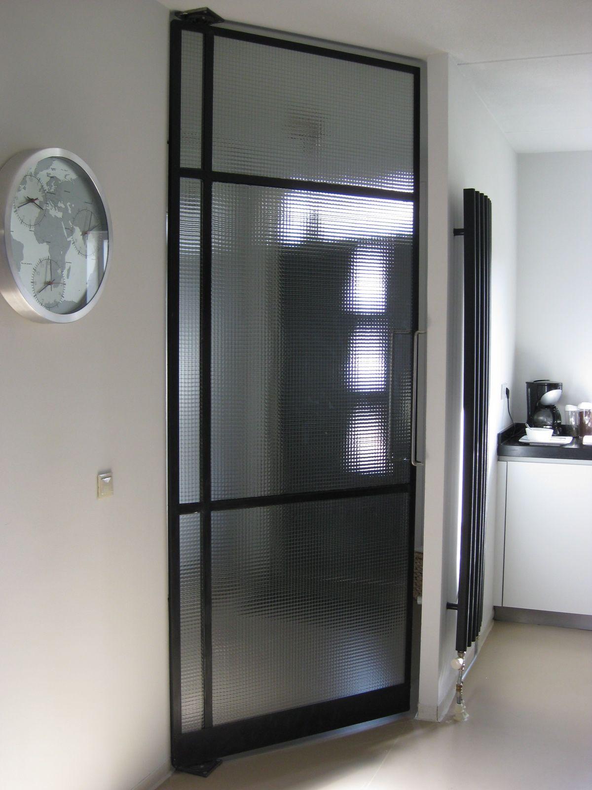 Mooie glazen deur waardoor je van de hal naar de open keuken ...
