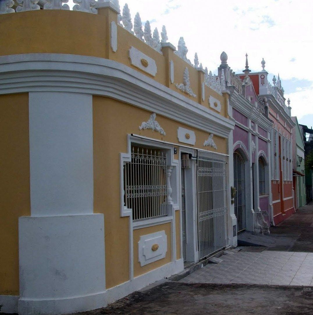 Mais uma rua de casas em estilo neoclássico.
