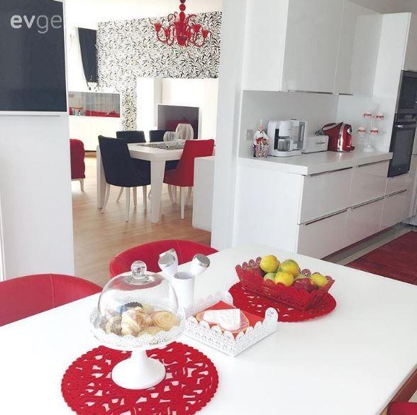 Berna hanımın odağında kırmızı, siyah, beyaz uyumu olan şık evi.. | Ev Gezmesi Balkon