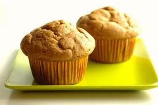 Forvarm ovnen til 170C. Smør en teflonbelagt muffinsform med smør. Bland kremost, smør, rømme, 1egg, søtningsmidler og vaniljeekstrakt i en mellomstor bolle. Pisk røren til ingrediensene er blandet, og pisk deretter inn resten av eggene. Tilsett resten av ingrediensene. Rør godt til du får en jevn…