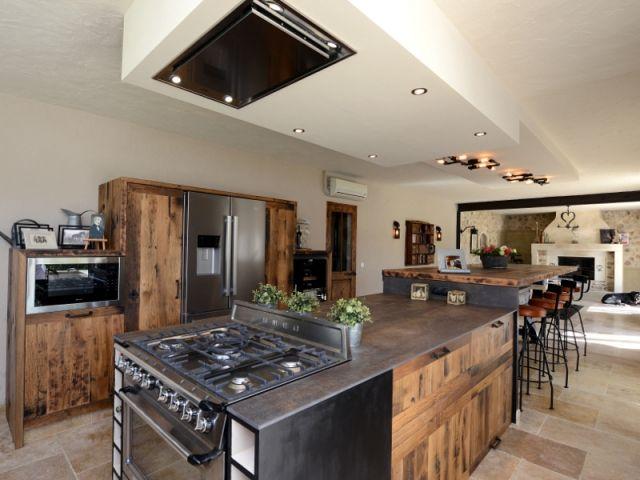 Une cuisine industrielle se fait une place dans une maison