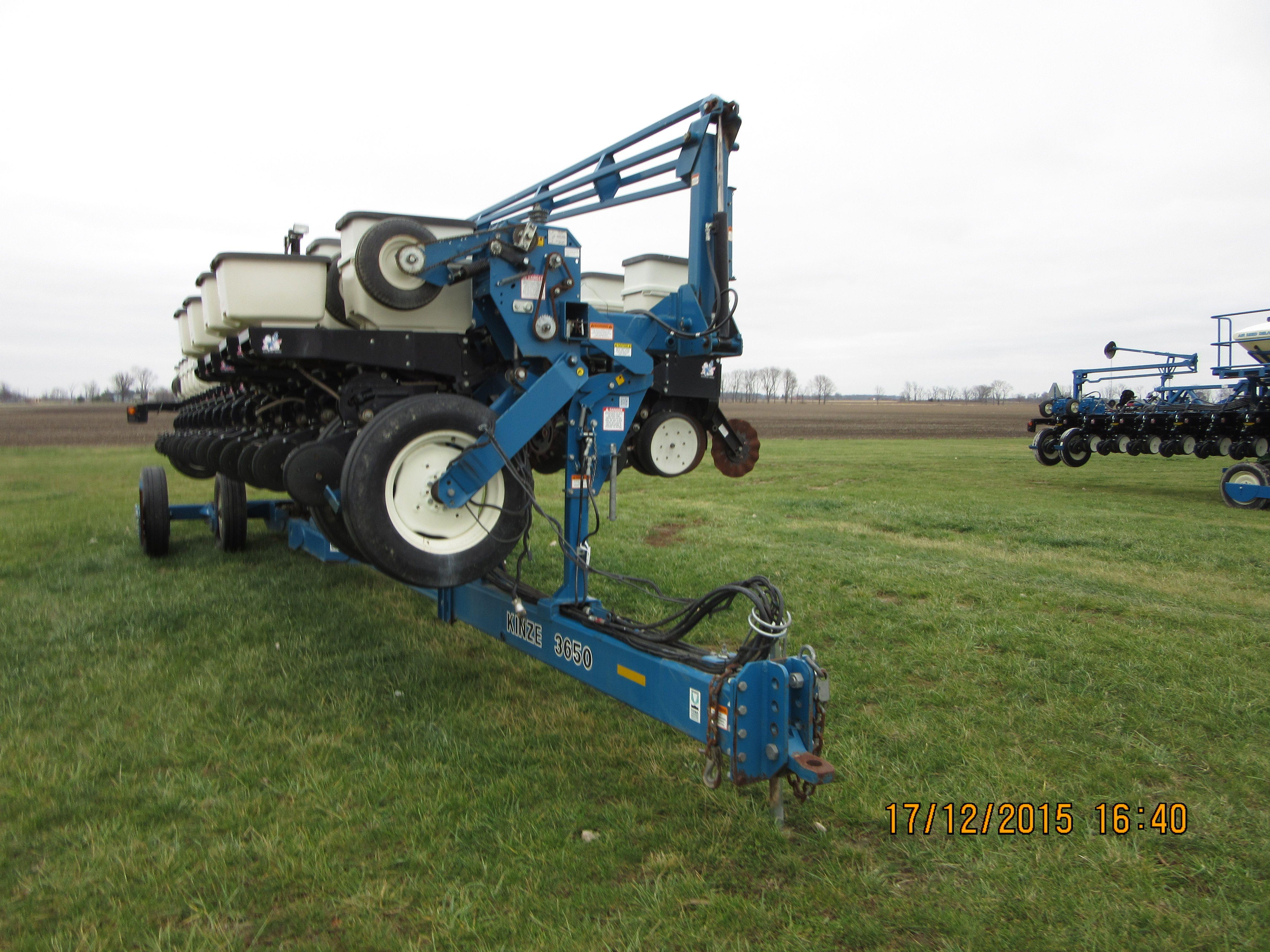 32 Row Kinze 3650 Corn Planter Kinze Farm Equipment Pinterest