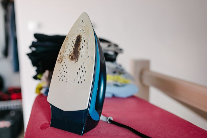 3 astuces pour nettoyer efficacement la semelle de son fer repasser astuces pinterest. Black Bedroom Furniture Sets. Home Design Ideas