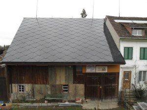 Eine Scheune mit dem Solardach SUNSTYLE von Solaire Suisse
