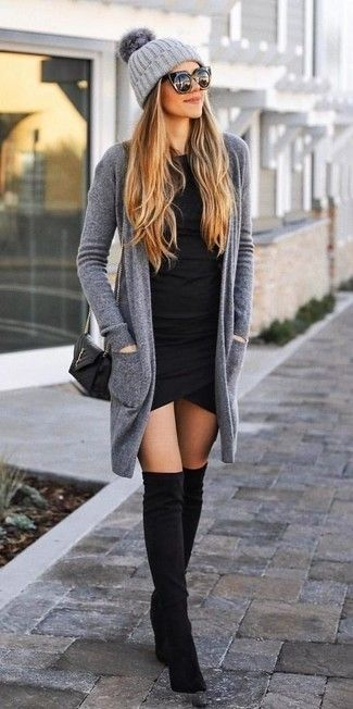 graue Strickjacke mit einer offenen Front, schwarzes figurbetontes Kleid, schwarze Overknee Stiefel aus Wildleder, schwarze gesteppte Leder Umhängetasche für Damen #cardiganoutfit