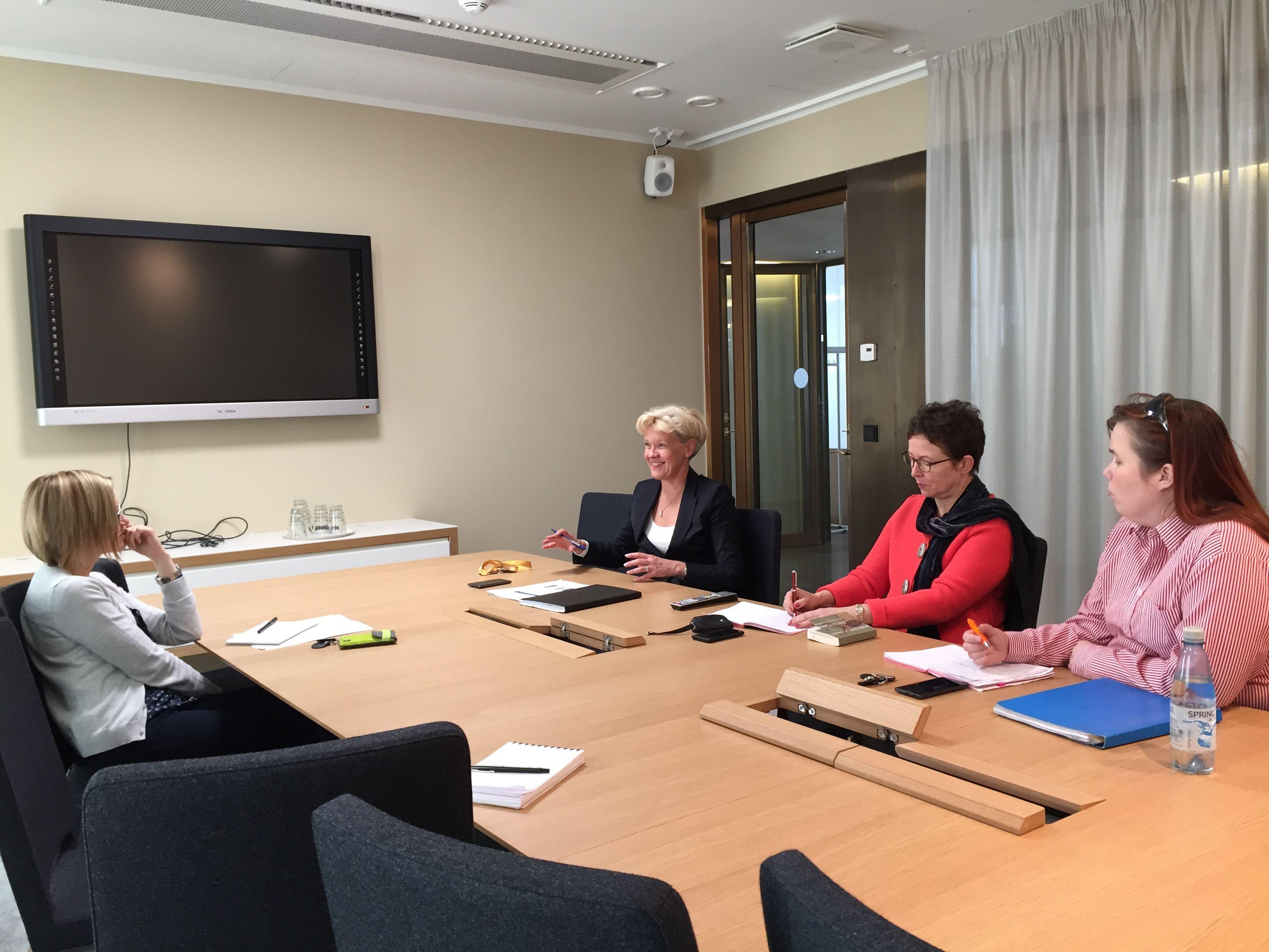 Margita Klemetti kokouksessa tiimin kanssa