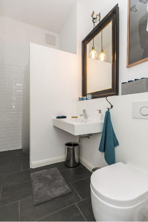 Hochwertig eingerichtetes badezimmer mit goldrandspiegel for Bodenfliesen badezimmer