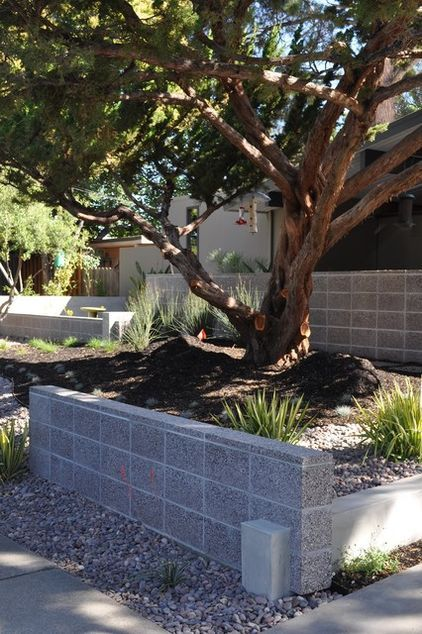 Aggregate Blocks Stacked Concrete Blocks Can Create A Linear Mid Century Look However It Doesn Modern Landscaping Concrete Block Walls Cinder Block Walls
