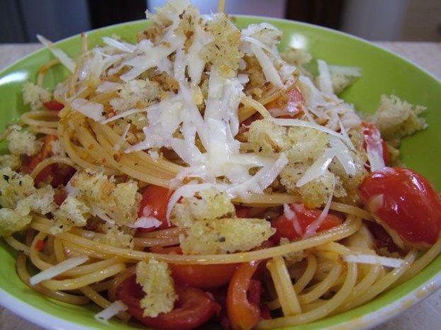 Spaghetti con aglio croccante e pomodorini