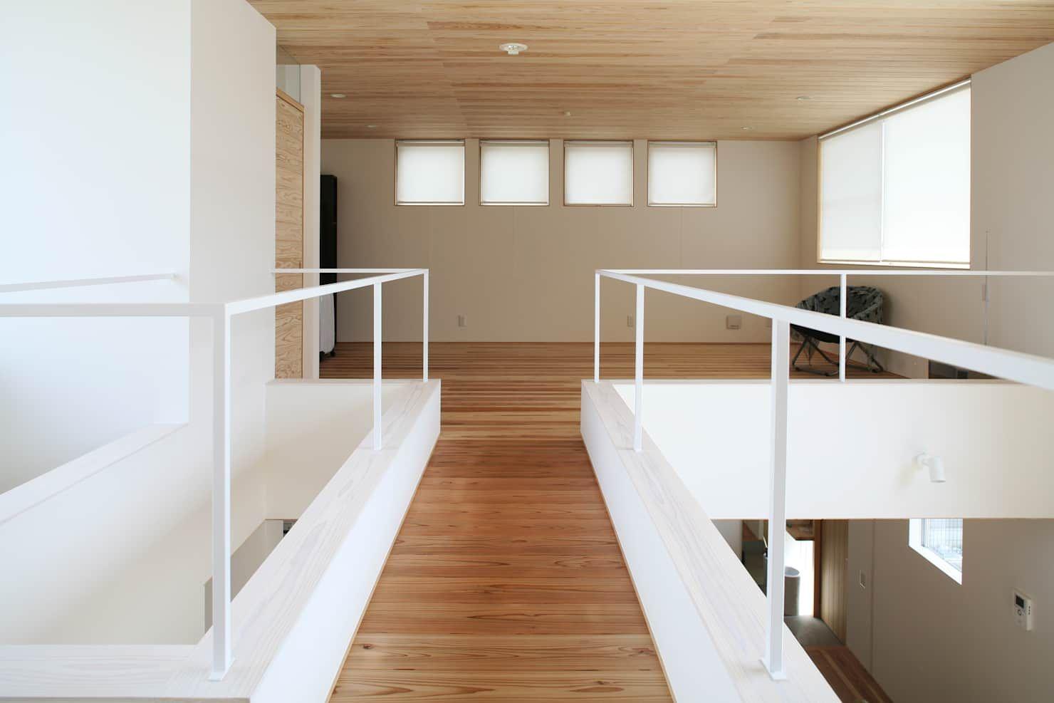 子供室と寝室を繋ぐ渡り廊下 北欧スタイルの 玄関 廊下 階段 の