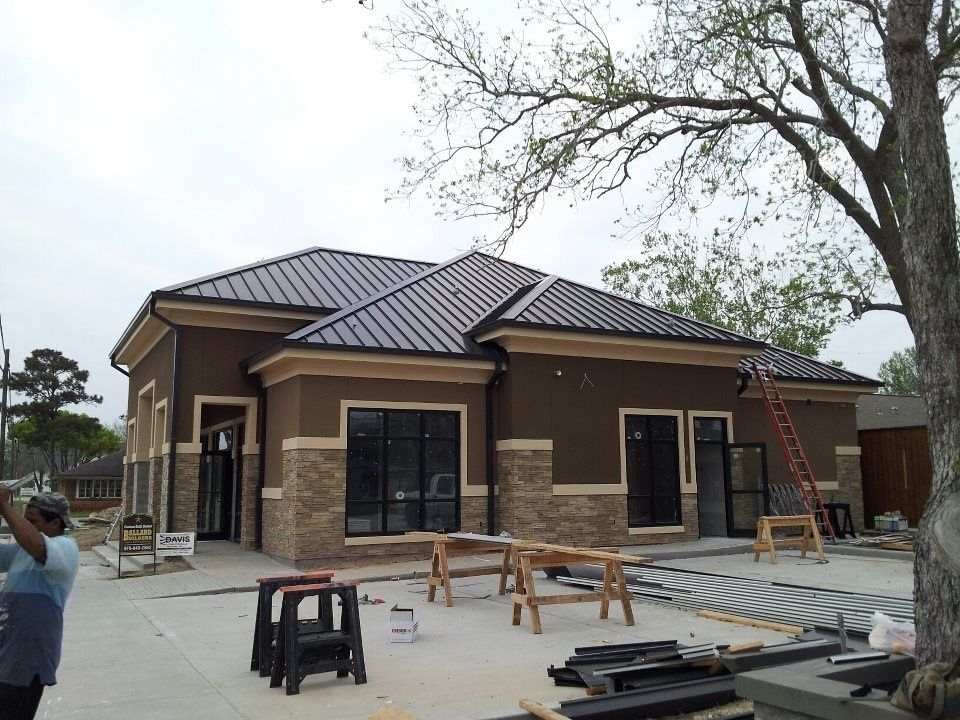 Commercial metal roof looking great texas elite roofing for Homes with metal roofs photos